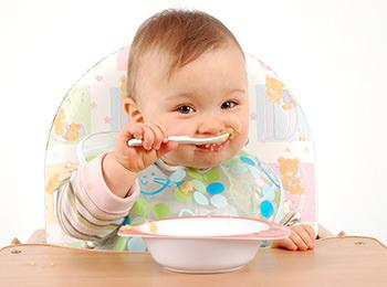 bebe empieza a comer solidos